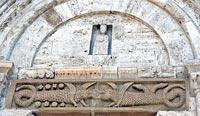 San Quirico d'Orcia, collegiata, le decorazioni dell'architrave del portale principale